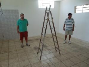 Na foto, o presidente Iury e o diretor Chimbica vistoriando o espaço onde vai funcionar a Academia de Ginástica