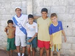 Na foto, ladeado por crianças, o esportista Didio, homenageado da Copa este ano.